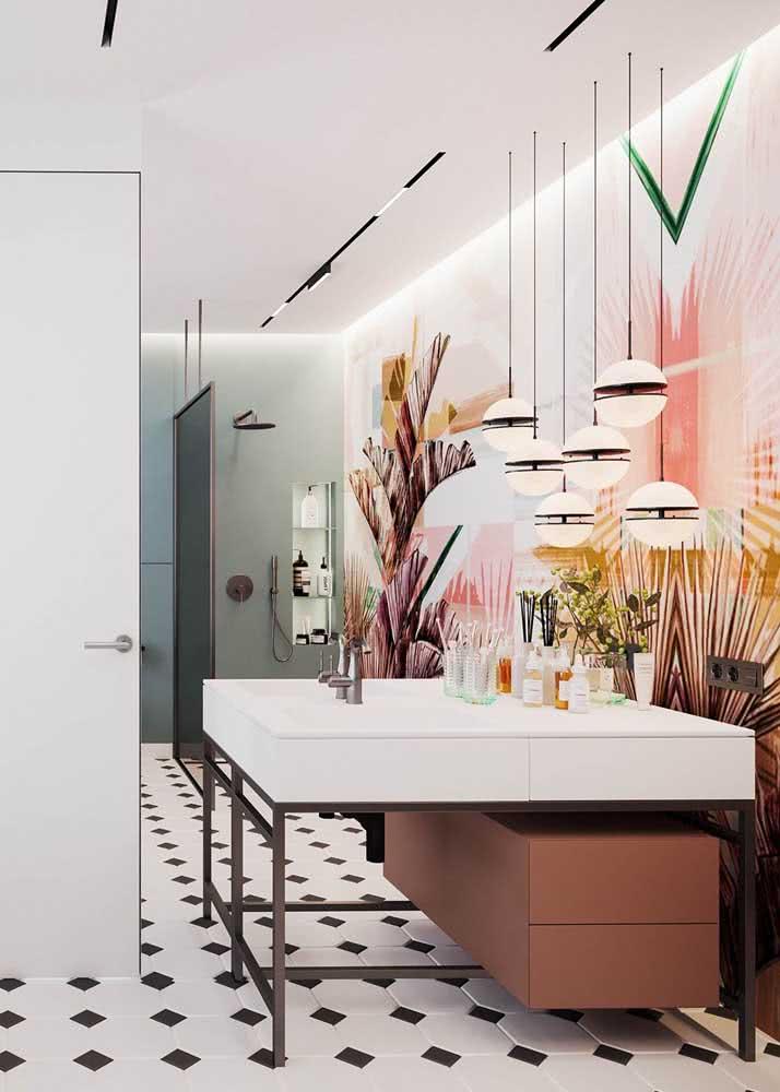 Banheiro feminino moderno: o papel de parede em tons de rosa garante uma identidade única ao projeto.