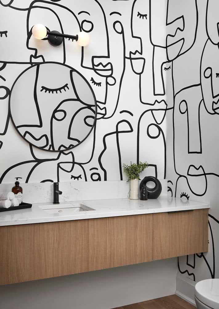 Em um banheiro claro: o papel de parede com desenhos com traços na cor preta faz toda a diferença no visual.
