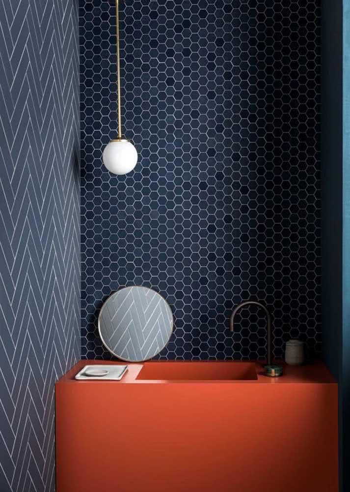 Há ainda os modelos de papel de parede que imitam muito bem os revestimentos tradicionais aplicados em banheiros.