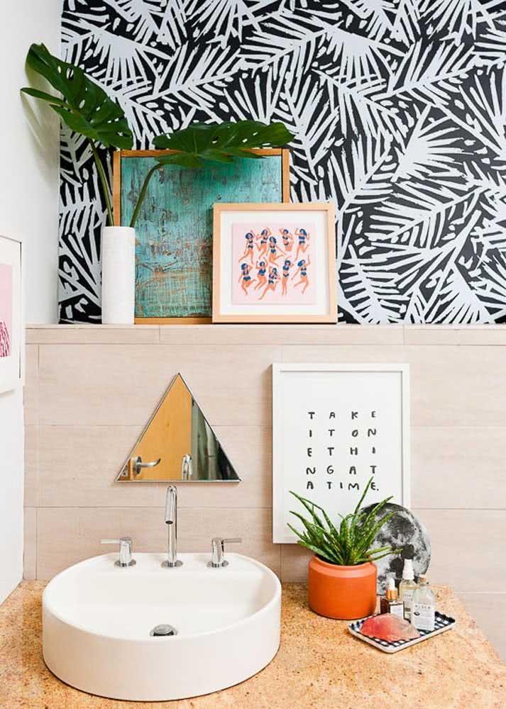 Preto e branco da floresta: desenhos de folhas neste papel de parede no banheiro