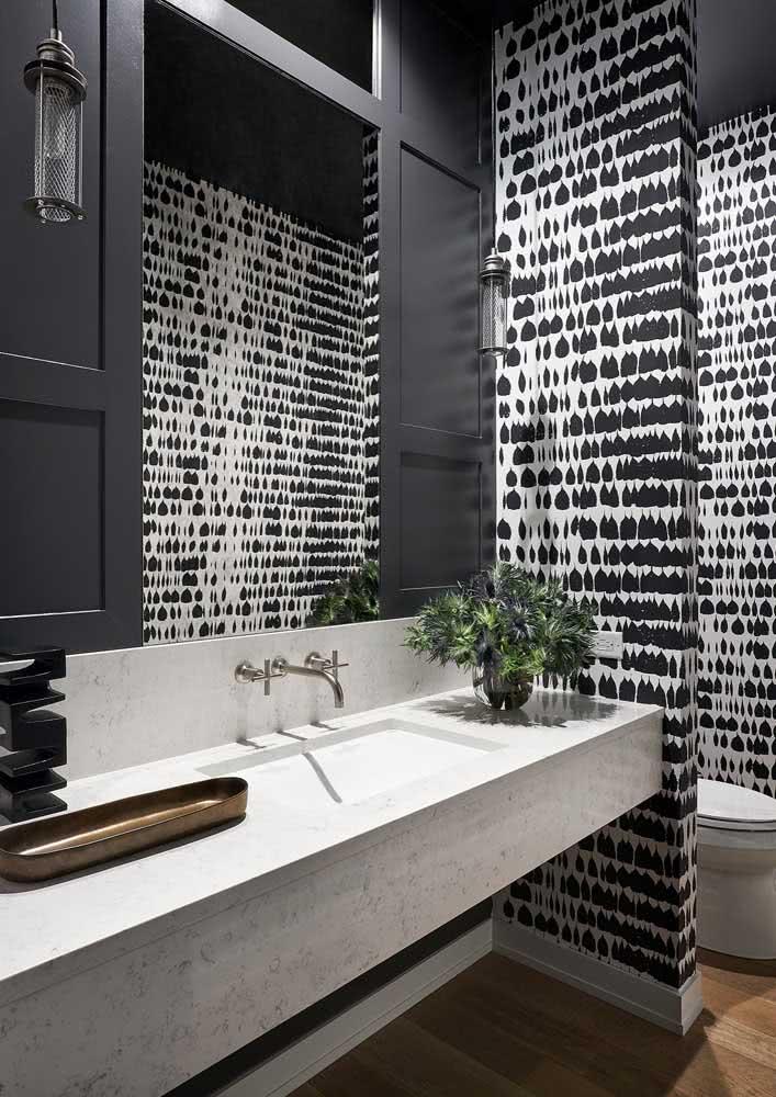Outra ideia de papel de parede para banheiro preto e branco para um banheiro sóbrio.