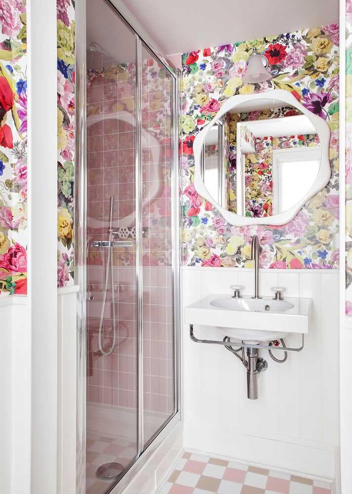 Papel de parede todo floral para decorar o banheiro com um estilo bem feminino