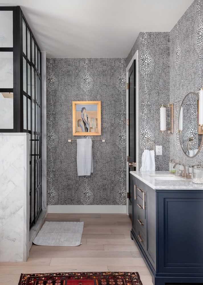 Um mix de formas e desenhos em uma estampa preto e branco super charmosa que deixou esse banheiro com um ar clássico.