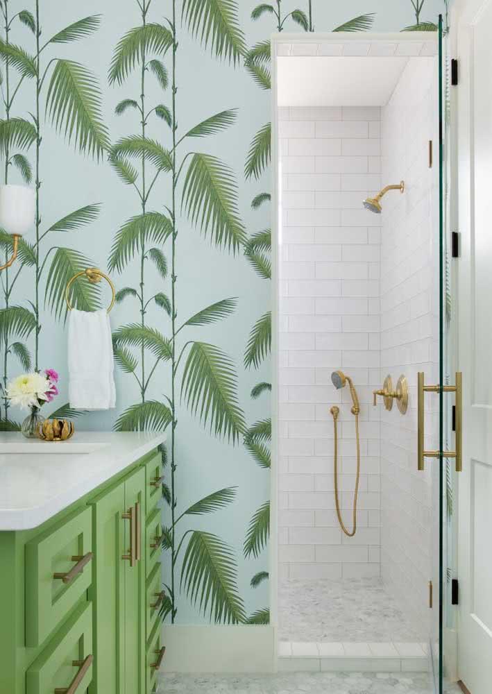 Folhas de palmeiras fazem parte desde papel de parede com fundo azul claro. O verde do gabinete também combina muito bem com o papel.