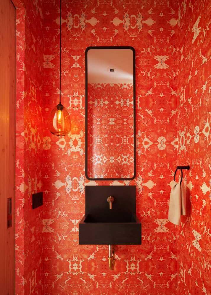 Se você quer um ambiente bem chamativo e fã de cores quentes, pode apostar em uma decoração parecida com esta onde o papel de parede é o protagonista.