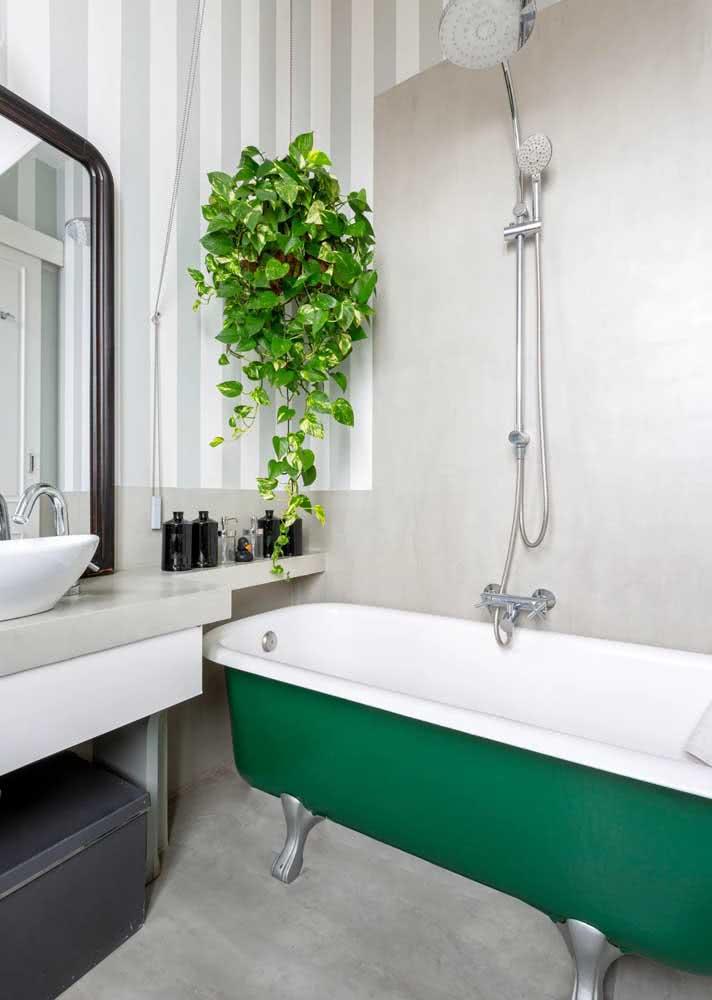Aqui o papel foi aplicado em meia parede, principalmente na área molhada da banheira.