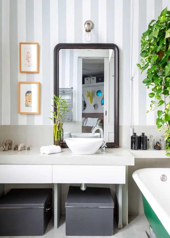 Já este banheiro, recebeu um papel de parede listrado simples com cinza e branco.