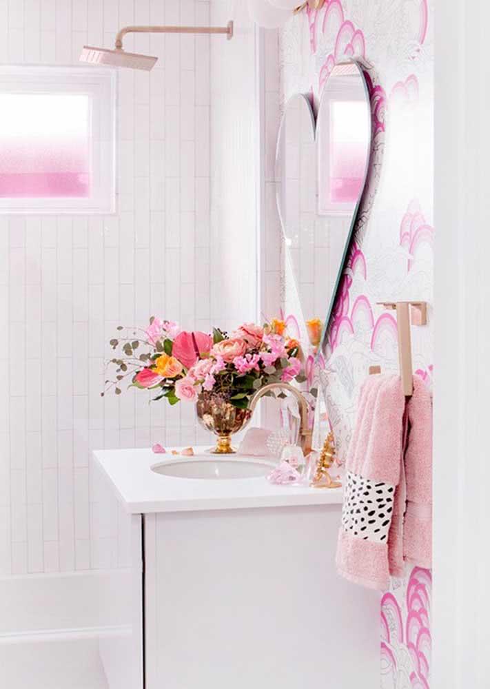 Você ama a decoração romântica? Então vai adorar um papel de parede que siga este mesmo estilo.