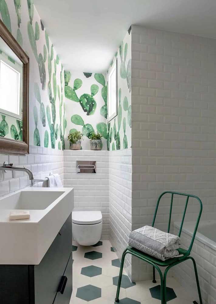 Papel de parede verde para banheiro branco.
