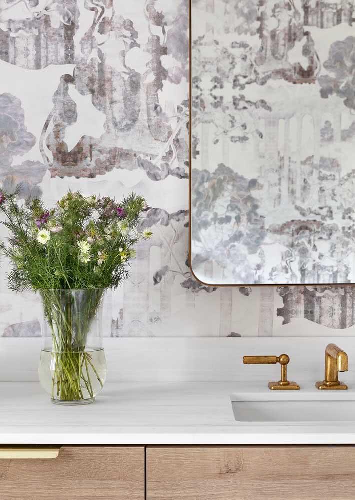 Papel de parede com ilustração de manchas de cor suave para um banheiro claro e branco.