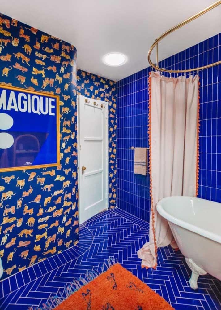 Detalhe do papel de parede no banheiro azul.