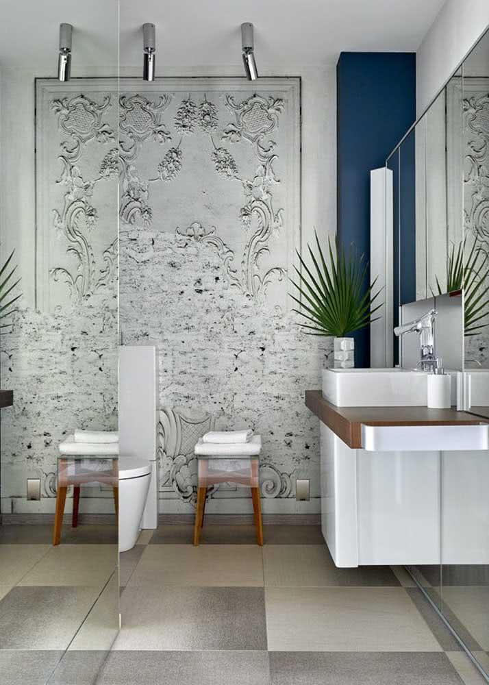 Papel de parede que imita relevo de revestimento em gesso na parede.