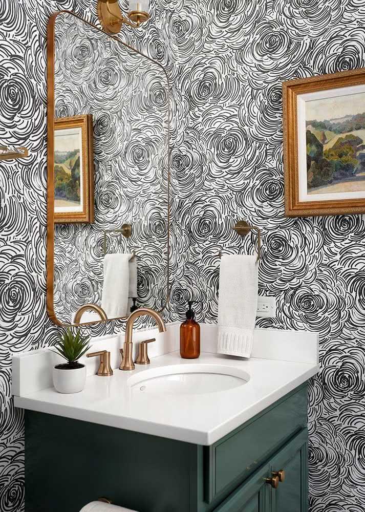 Já neste papel de parede, traços na cor preto e branco que remetem a flores são repetidos por toda a extensão do banheiro.