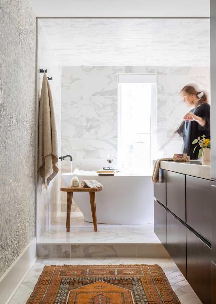 O importante é manter o papel de parede mais distante das áreas molhadas no banheiro e evitar que ele estrague com facilidade.