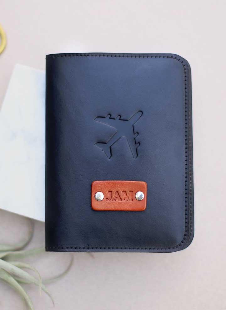 Mais uma inspiração de porta passaporte em couro, com impressão em relevo e aplicação de decalque também em couro