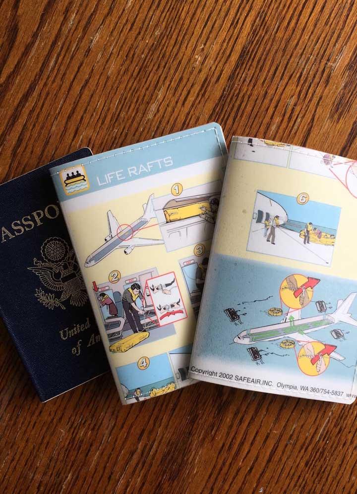 Detalhes que combinam super bem com viagens; os porta passaportes ganharam estampas irreverentes com dicas de sobrevivência em um voo