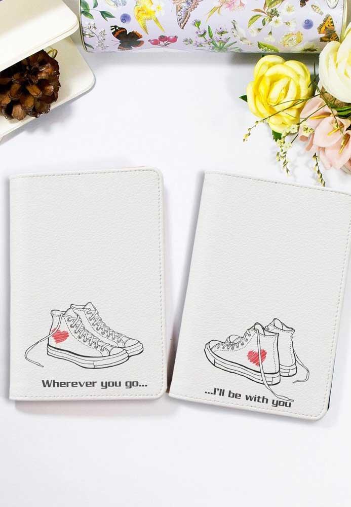 Porta passaporte em corino branco com estampas de tênis: sugestão para casais descolados