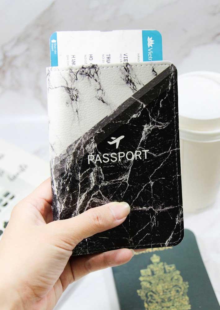 Guardar os documentos com estilo é mais que possível, como nessa opção de porta passaporte em couro marmorizado