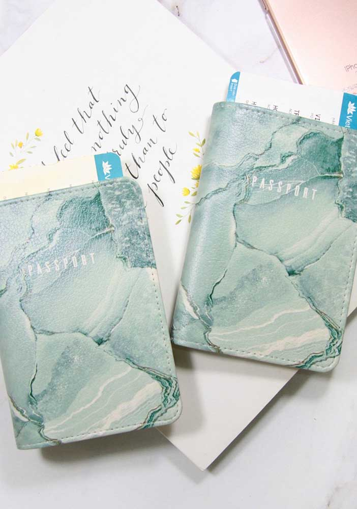Aqui, o couro marmorizado também foi o escolhido para o porta passaporte do casal