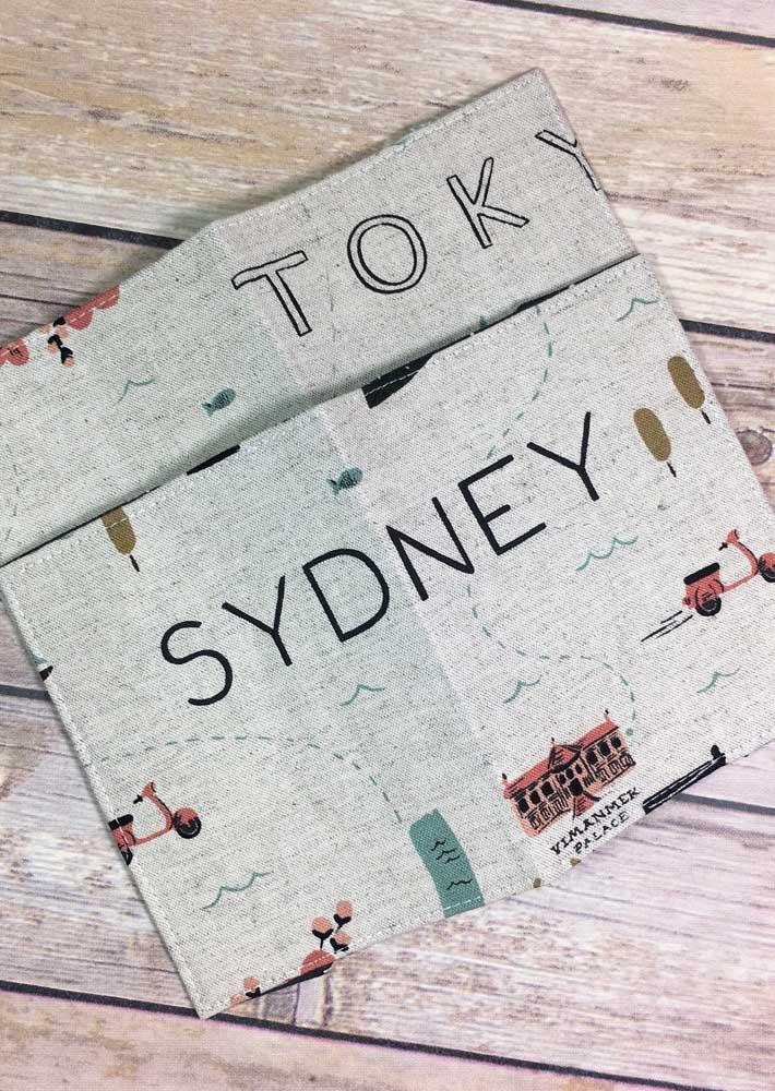Porta passaporte com estampas de cidades famosas, feito em tecido