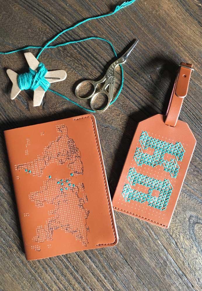 Porta passaporte e marcador de mala em couro com uma estampa linda do mapa mundi
