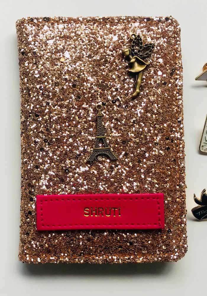 Porta passaporte com gliter e pingentes: muito glamour para o documento
