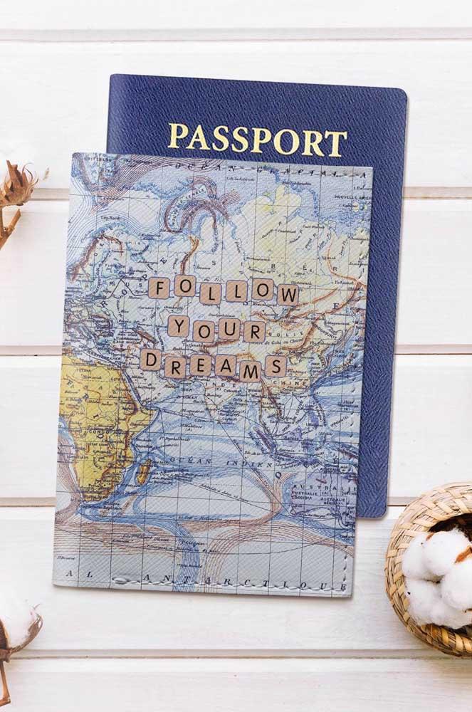 Porta passaporte com estampa de mapa em couro