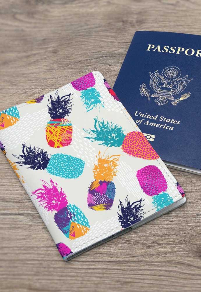 Mais uma inspiração de porta passaporte em couro, muito moderna com as estampas de abacaxis