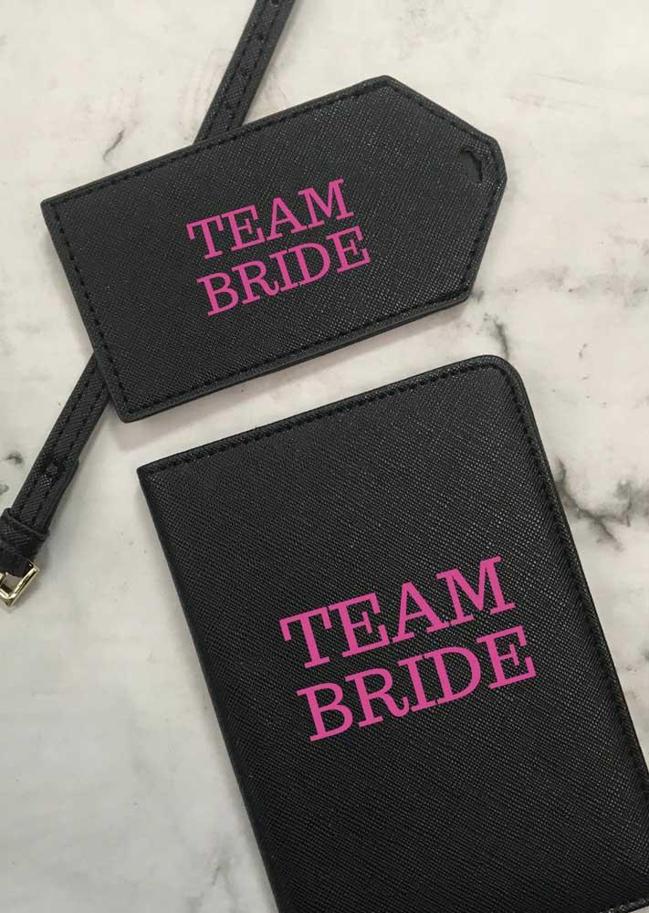 O corino preto com letras em rosa conta com marcador de mala no mesmo estilo