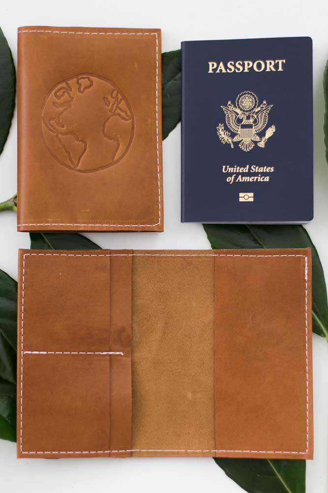 Porta passaporte em couro natural com compartimentos internos para dinheiro e cartões