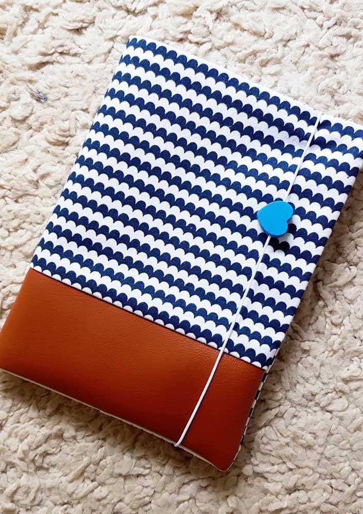 Opção de estampa diferente e original para o porta passaporte com elástico em tecido e corino; destaque para o lindo coração incluído no elástico