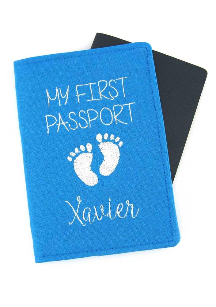 Porta passaporte personalizado em tecido para crianças; a ideia dos pezinhos ficou pra lá de criativa