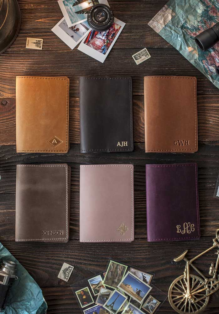 Várias opções de porta passaporte em couro em diferentes cores, com estampa em relevo simples ou com aplicação de cores, como o dourado