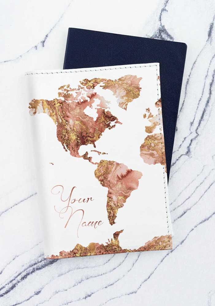 Opção de porta passaporte personalizável para colocar o nome da pessoa que será presenteada; o destaque vai para a estampa do continente americano
