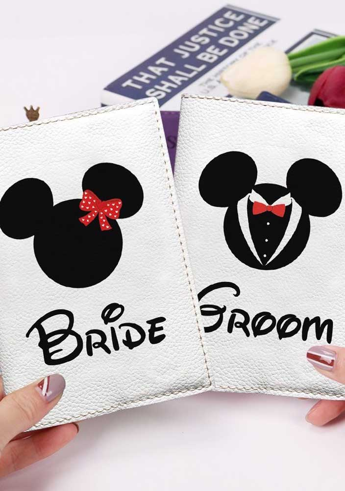 Porta passaporte do Mickey e da Minnie para noivos que decidiram curtir a lua de mel na terra do ratinho mais amado do mundo