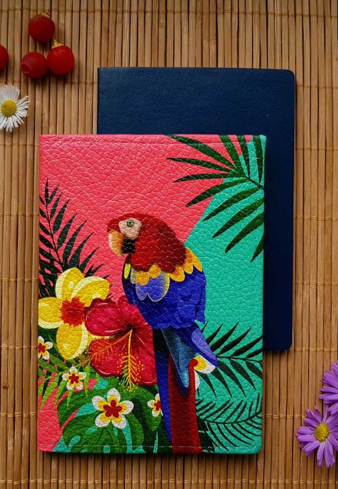 Muita cor nesse porta passaporte super brasileiro feito em corino; linda sugestão para as viagens tropicais