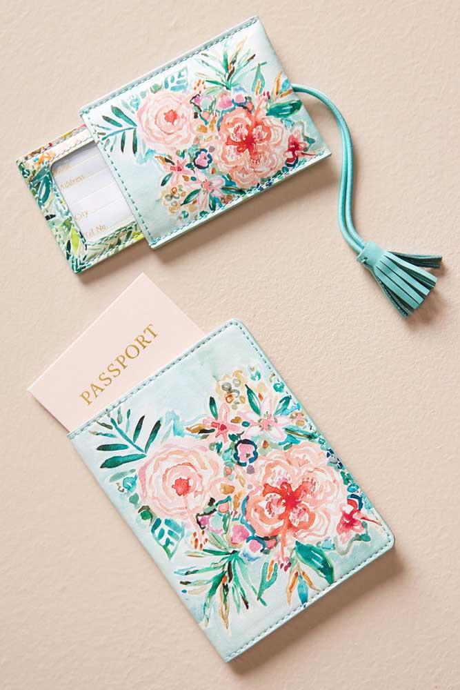 Porta passaporte e marcador de mala em corino florido; o tom de azul deixou o item ainda mais delicado