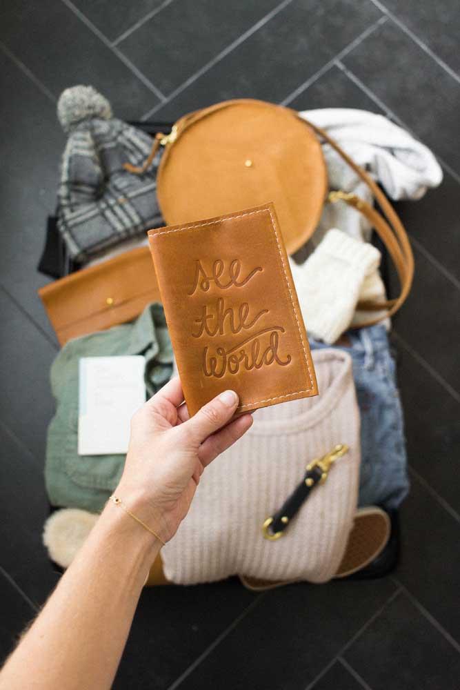 O couro natural foi a escolha para este porta passaporte com estampa em relevo; as peças em couro natural são uma das mais escolhidas