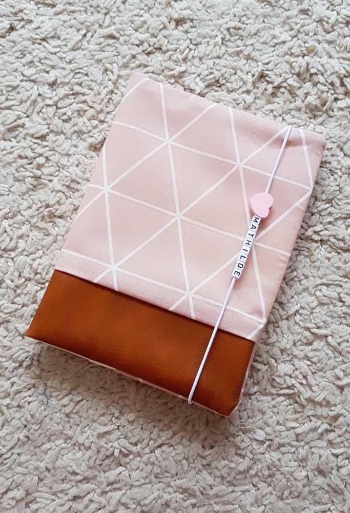 Porta passaporte de elástico, com tecido e corino na composição; o elástico ganhou contas para personalizar com o nome de quem será presenteado