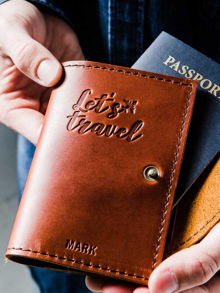 Porta passaporte com botão em couro e estampa em relevo