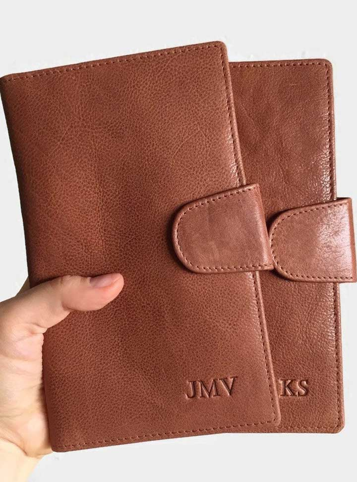 Porta passaporte duplo masculino feito em couro, com estampa em relevo