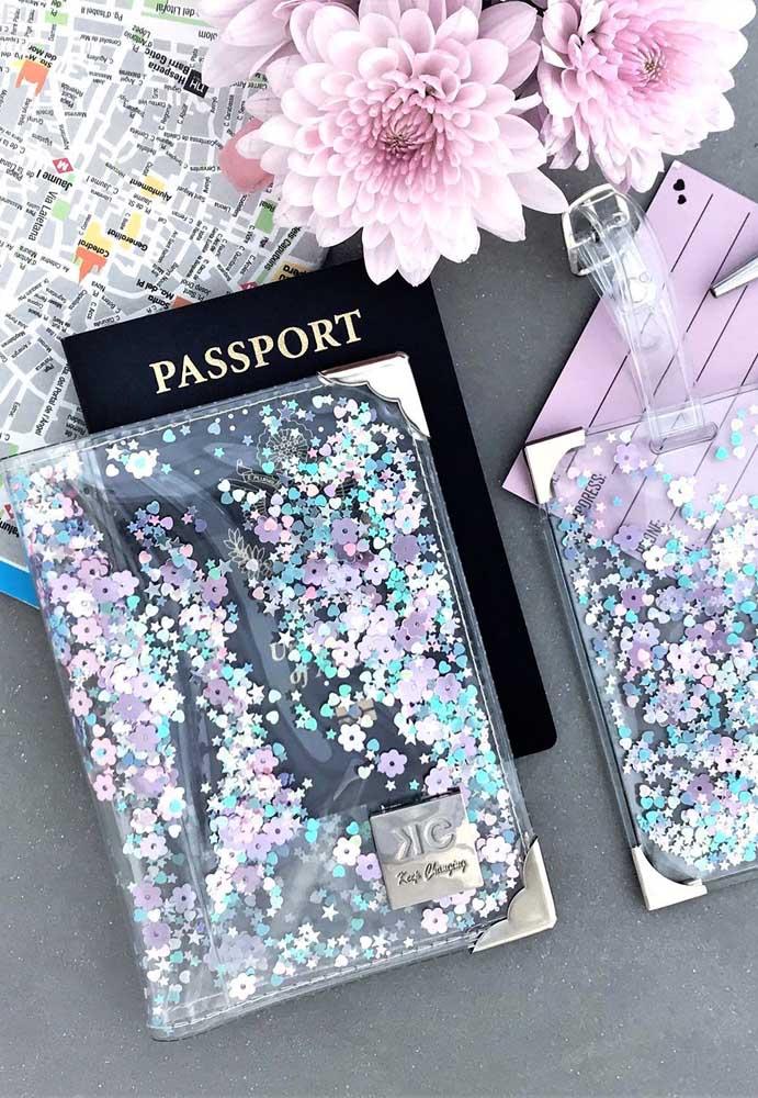 Inspiração de porta passaporte de plástico de marca; o item ganhou um marcador de mala no mesmo estilo, cheio de gliter e super diferente