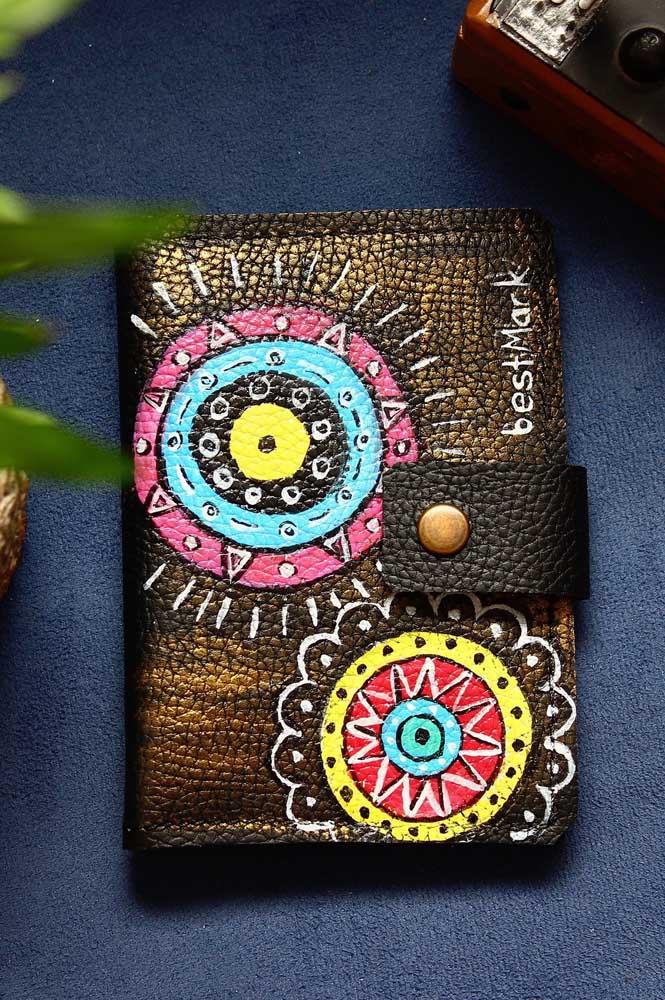 Mandalas lindíssimas pintadas à mão nesse porta passaporte; repare no fecho em botão de metal envelhecido