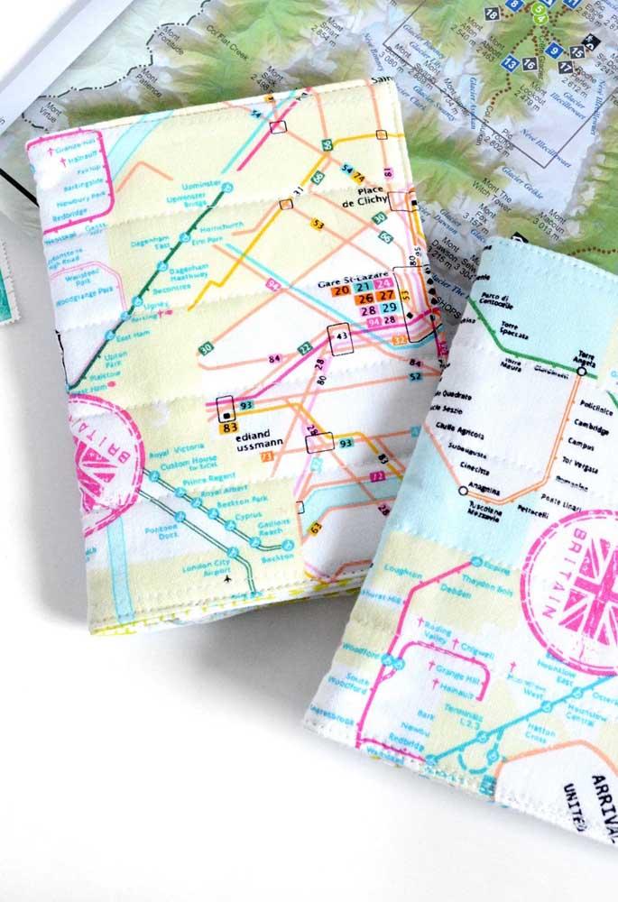 Porta passaporte em tecido estampado com mapas; repare nos detalhes da costura ao longo da peça