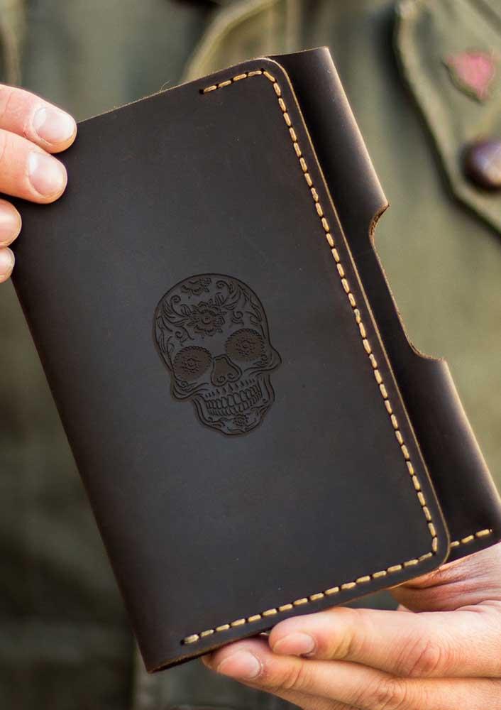 Uma opção super moderna de porta passaporte com estampa em relevo de caveira