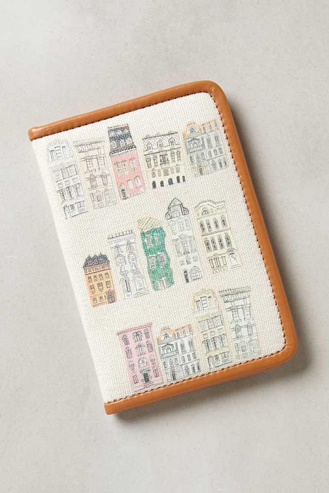 Uma ideia de porta passaporte em tecido com borda em corino estampada com fachadas de prédios históricos