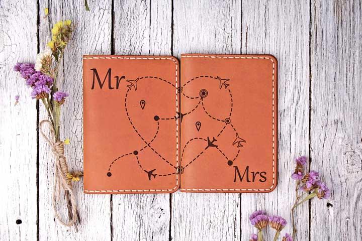 Porta passaporte duplo para casais em couro, com desenhos que se completam quando um é colocado ao lado do outro