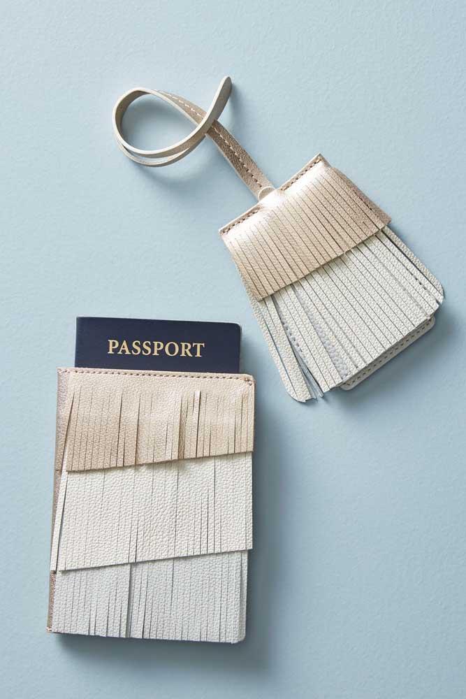 Estilo é tudo! Porta passaporte em courino com franjas e marcador de mala no mesmo padrão
