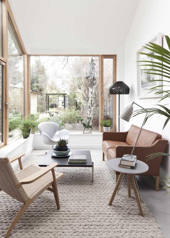 Nessa sala de estar, sofá e poltrona compartilham do mesmo tecido: o couro sintético