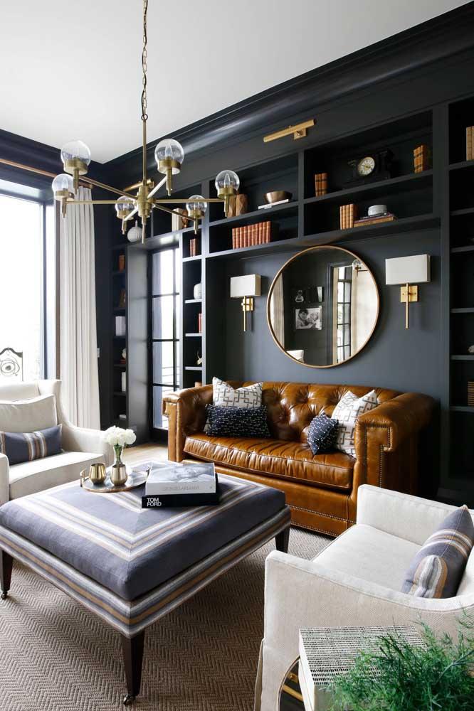 Um toque de classe e refinamento com o sofá de couro sintético marrom e, o melhor, sem sofrimento animal envolvido na decoração
